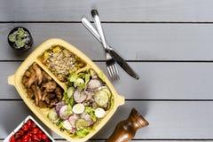 De stroken van sauteed kip en groenten met plantaardige farofa Braziliaanse lunchdoos Vooruit maaltijdvoorbereiding of het op die royalty-vrije stock fotografie