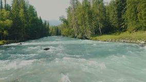 De stromen van de Altairivier aan de waterval Waterschuim op de stroomversnelling stock footage