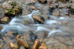De stromen van de bergrivier over de rotsen royalty-vrije stock foto