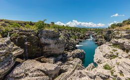 De stromen van de Cijevnarivier tussen rotsen Stock Foto's