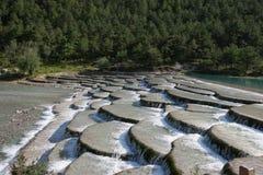 De stromen van de stroom over rotsen Stock Foto