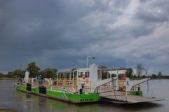 De stromen van de veerbootrivier door de rivier Odra Stock Foto's