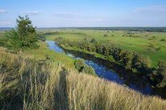 De stromen van de zigzagrivier tussen de zomervalleien Royalty-vrije Stock Foto's