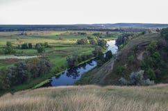 De stromen van de zigzagrivier tussen de zomervalleien Royalty-vrije Stock Afbeelding