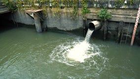 De stromen van het regenwater van de rioolpijp na de stortbui, het concept verhindert overstroming in de stad stock videobeelden