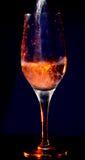 De stromen van het water in een transparant glas Royalty-vrije Stock Foto