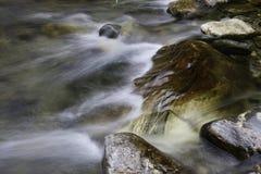 De stromen van het water over grote rots. Royalty-vrije Stock Fotografie