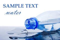 De stromen van het water van een fles stock afbeeldingen