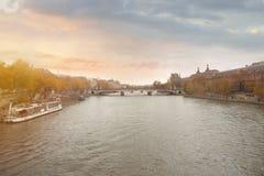 de stromen van de rivierzegen door Parijs stock afbeeldingen