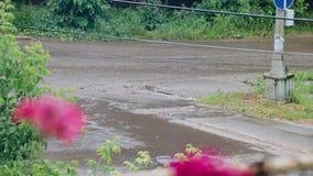 De stromen van water vloeien door de straten van de stad na de orkaan De auto's gaan rechtdoor het water stock videobeelden