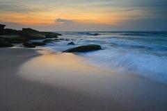 De stromende golven van de zeegezichtzonsopgang Stock Foto's
