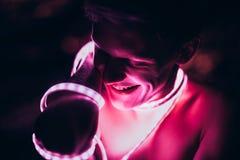 De Strook Lichte band van de portretmens op donkere kleurenachtergrond stock afbeeldingen