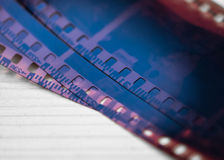 De strook van de fotografiefilm op hout Royalty-vrije Stock Afbeeldingen