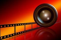 De strook van de lens & van de film op rode achtergrond Royalty-vrije Stock Fotografie