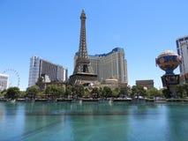 De strook van Las Vegas door dagwater toont en beroemde hotels stock fotografie