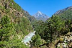 De stroom die van het rivierwater in de groene bergvallei lopen stock foto