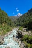 De stroom die van het rivierwater in de groene bergvallei lopen royalty-vrije stock afbeeldingen
