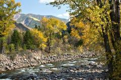 De stroom en de bergen van de Daling van Colorado Royalty-vrije Stock Foto's