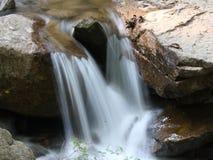 De Stroom en de rots van het water Stock Fotografie