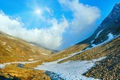 De stroom en de zon van de berglente (Timmelsjoch, Oostenrijk) Royalty-vrije Stock Foto's