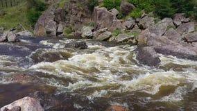 De stroom van de bergrivier in de provincie van Cordoba Kleine watervallen stock video