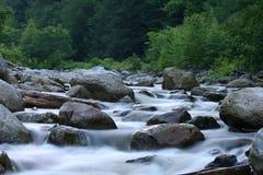 De stroom van de berg Stock Foto's