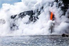 """De stroom van de de vulkaanlava van KiÌ""""lauea giet in oceaan in Hawaï stock afbeelding"""