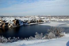 de stroom van de de winterrivier Stock Foto's