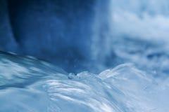 De stroom van de de winterrivier met ijs dichte omhooggaand Stock Fotografie