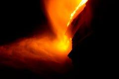 De stroom van de lava bij nacht Stock Afbeeldingen