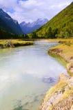 De stroom van de rivier onder de bergen Royalty-vrije Stock Foto's