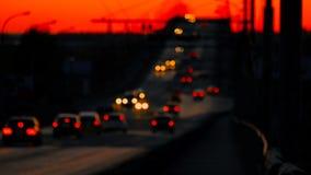 De stroom van defocused autolichten, forenzen die naar huis in de nacht teruggaan stock videobeelden