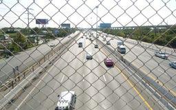 De stroom van het verkeer op snelweg tijdens spitsuur. Stock Foto's