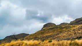 De stroom van regenwolken over de berg bij Meer Pehoe stock videobeelden
