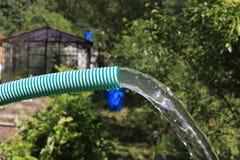 De stroom van schoon water van pijp stock foto's