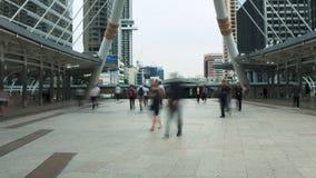 De stroom van time lapsemensen in de straat die, zich snel in de menigte bewegen stock videobeelden