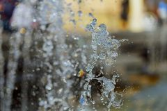 De stroom van water van een fontein Plons van water in de fontein, abstract beeld Stock Foto's