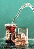 De stroom van water giet in het gekleurde glas. Royalty-vrije Stock Foto's