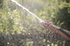 De stroom van water in langzame motie stock afbeelding