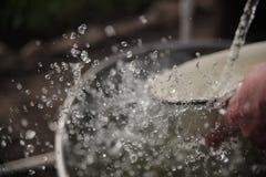 De stroom van water in langzame motie stock afbeeldingen