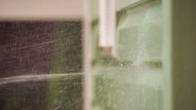 De stroom van water slaat tegen de voorgevel van het huis stock videobeelden