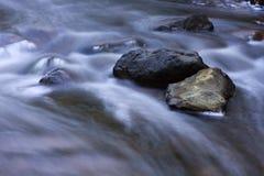 De Stroomversnelling die van de rivier snel lopen Stock Foto's