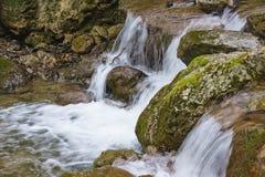 De stroomversnelling van de bergrivieren van de Kaukasus de Intrige rond de stad van Hete Sleutel stock afbeeldingen