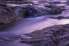 De stroomversnelling van de rivier bij schemer Stock Foto's