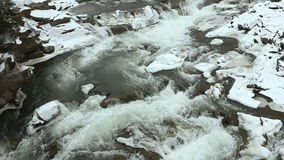 De stroomversnelling van het de winterwater op de rivier - een plaats voor watertoerisme stock video