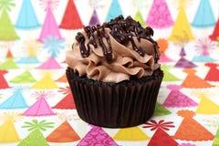 De Stroop van de chocolade Verjaardag Cupcake Stock Afbeeldingen