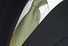 De stropdas van de zijde en donker kostuum stock fotografie