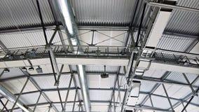 De structuren van het metaaldak met een openingspijp en schijnwerpers de details van het aluminiumprofiel Royalty-vrije Stock Fotografie