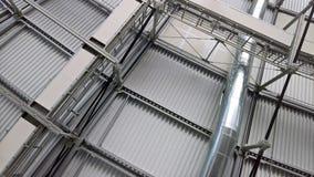 De structuren van het metaaldak met een openingspijp en schijnwerpers de details van het aluminiumprofiel Stock Fotografie