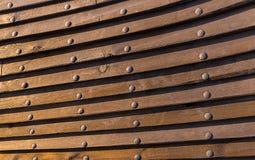 De structuur historische zeedijk van het achtergrond raadsschip klinknagel houten als achtergrond plaat in entrepot Stock Fotografie